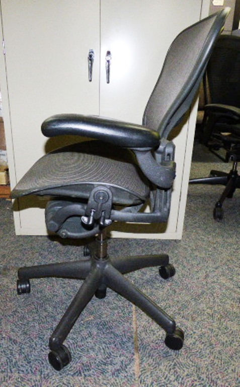 used office chairs herman miller aeron model b task chair at furniture finders. Black Bedroom Furniture Sets. Home Design Ideas