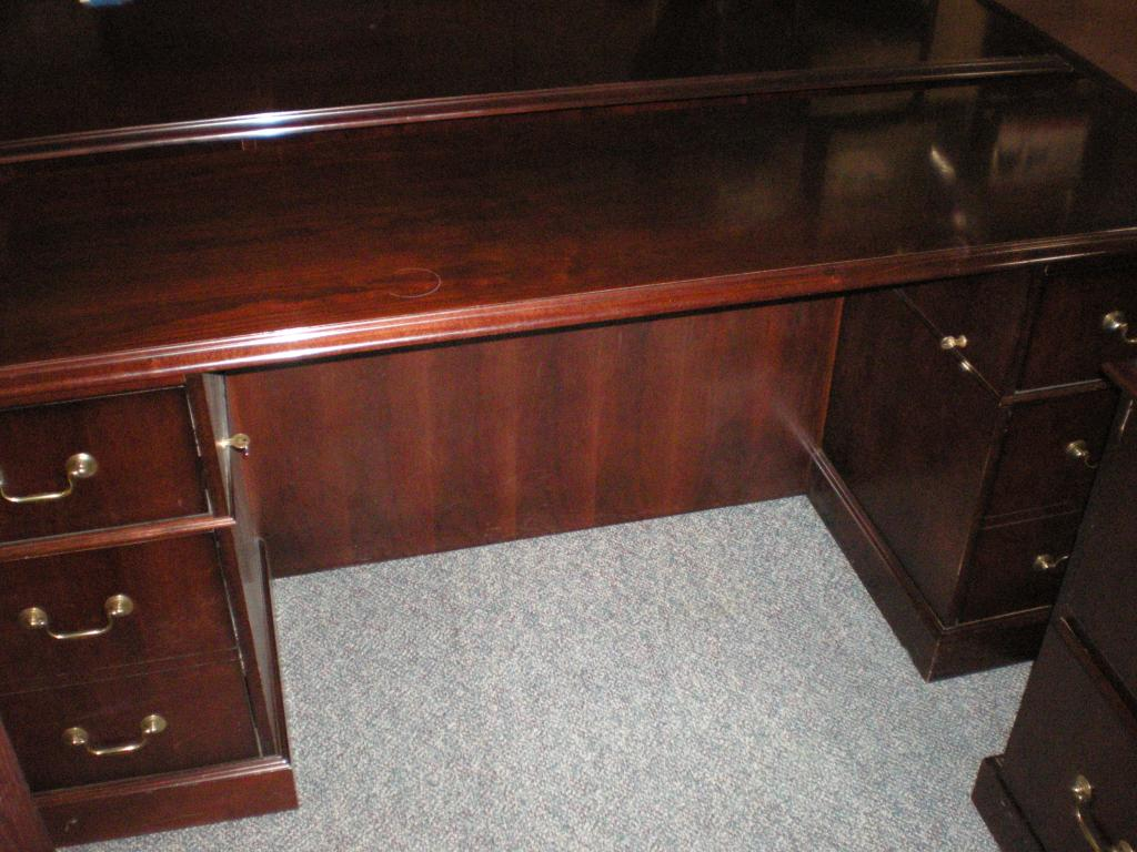 Used Office Desks Paoli Desk Credenza Lateral Mahogany Set At Furniture Finders