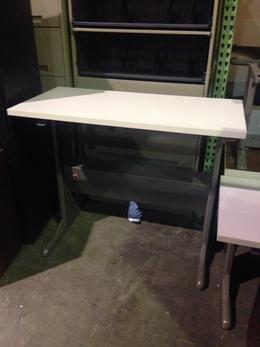 USED PNEUMATIC HEIGHT ADJUSTABLE TABLE