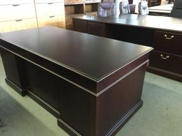 EXECUTIVE DESK in MAHOGANY WOOD