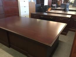 EXECUTIVE TRADITIONAL STYLE DESK & CREDENZA